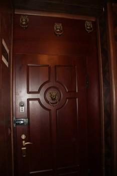 Это так называемая входная группа, а прощу входная дверь. Вполне прилично, можно не менять - дверь1.JPG